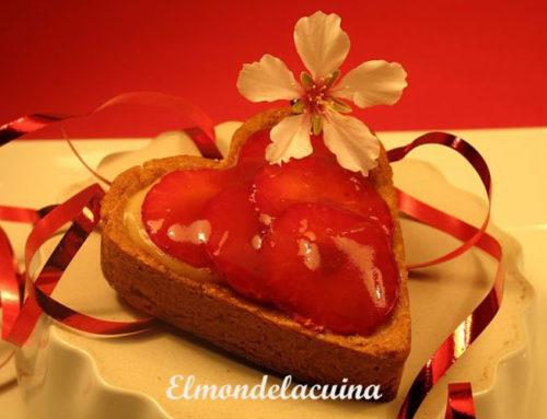 Corazones de San Valentín de crema y fresas