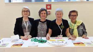 Montse Roura, directora de ella y elabanico junto a las fantásticas voluntarias.