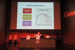 Sara Villegas explicando los tipos de envejecimiento