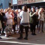 Mientras Marta Puig se lleva a las asistentes a tomar el sol...