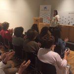 Marta vuelve al taller y enseña a meditar a las mujeres
