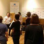 Marta Arellano con las mujeres en círculo, da las herramientas para entrar en el mercado laboral en la madurez