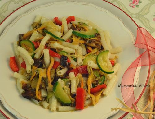 Macarrones con verduras y rebozuelos
