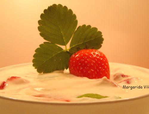 Tarrina de yogur de soja con fresas