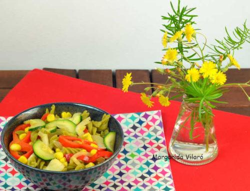 Fusilli de guisantes con verduras al dente
