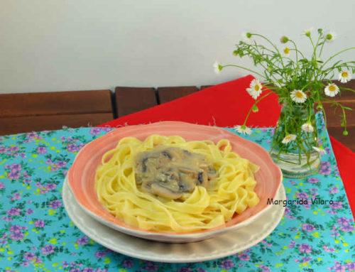 Tagliatelle con salsa de champiñones y coco